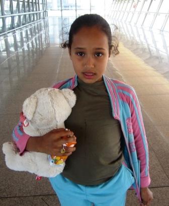 Mariem, una niña de 8 años de Mauritania, llega a Málaga para ser operada de las caderas