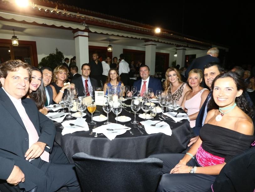 Mesa de Dippanel con sus propietarios Antonio Otero y Sra Concha Gonzlez Arroyo con su grupo de amigos