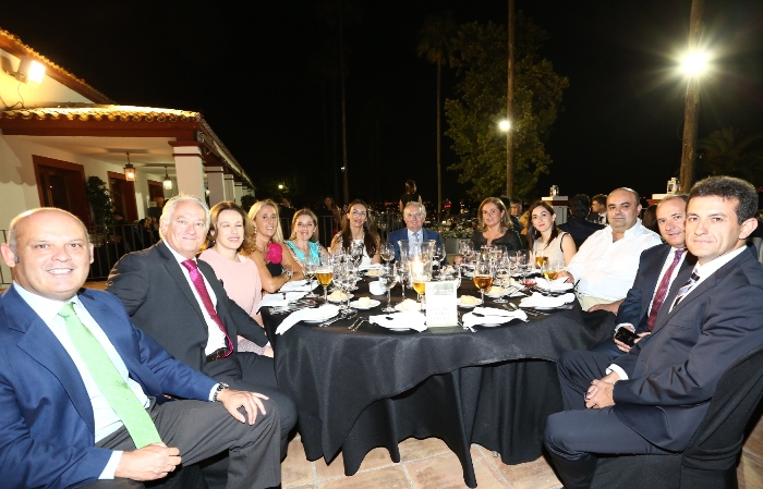 Mesa de Maria Osuna y amigos