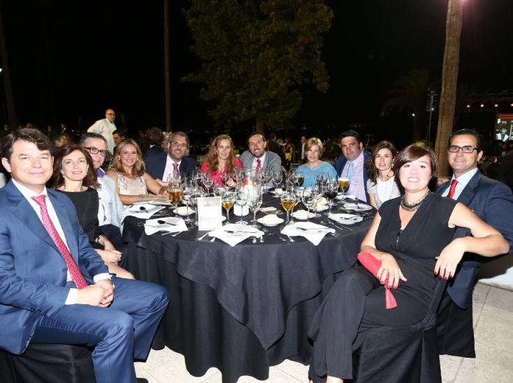 Mesa de amigos de la empresa Dippanel