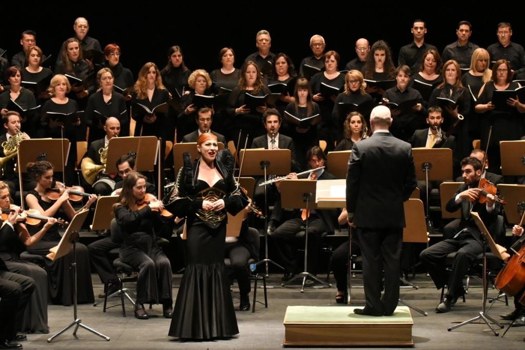 La soprano Pilar Jurado puso en pie al público tras su recital benéfico en el Teatro de la Maestranza
