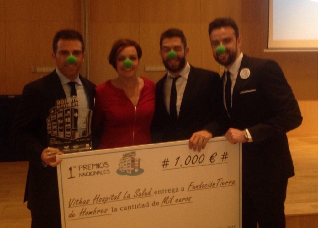 """El Hospital Vhitas Salud de Granada recibe uno de los premios """"HOSPITAL OPTIMISTA"""" y concede el galardón a la Fundación"""
