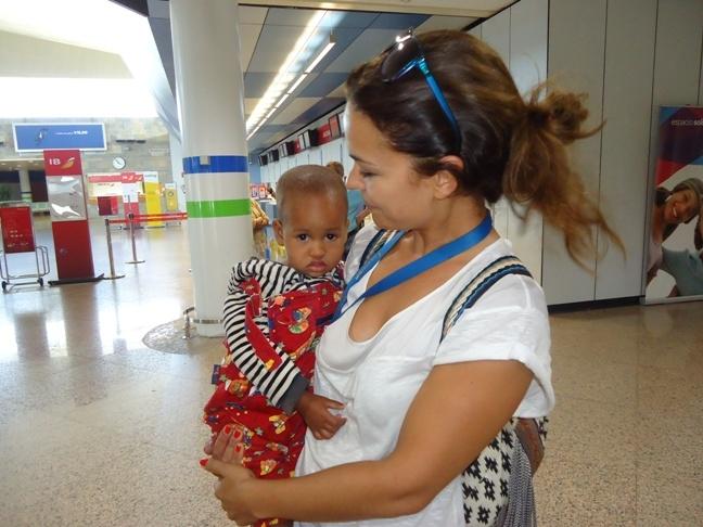 La vuelta a casa de Yann llena de esperanza a la pequeña Fatimetou, que llega a Galicia para operarse del corazón