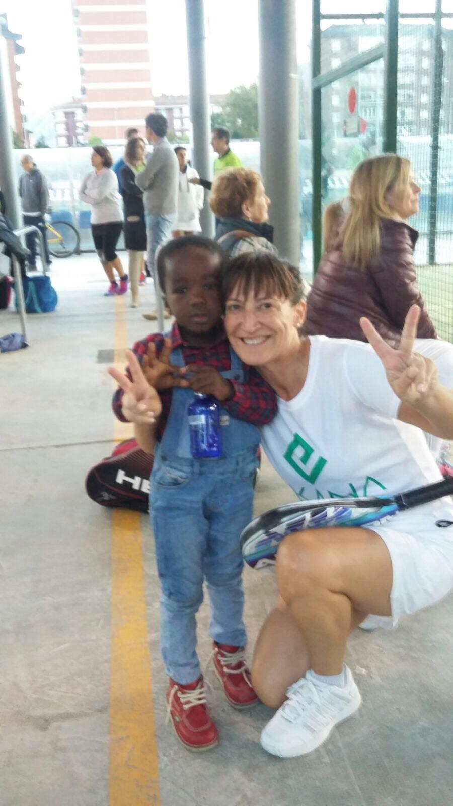 fotnot_euskadi_torneo_padel_voluntaria_ayuda_infancia