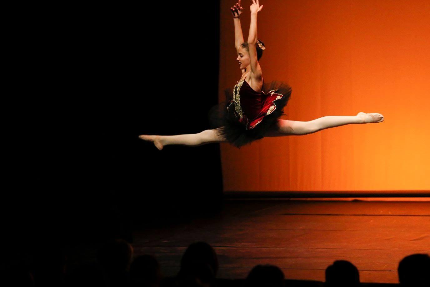 Más de 150 alumnos bailan en A Coruña a beneficio de Tierra de hombres
