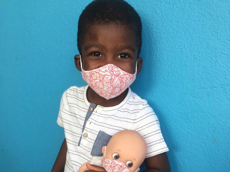 Un niño de tres años vuelve a Togo tras ser intervenido en el Materno Infantil de Málaga