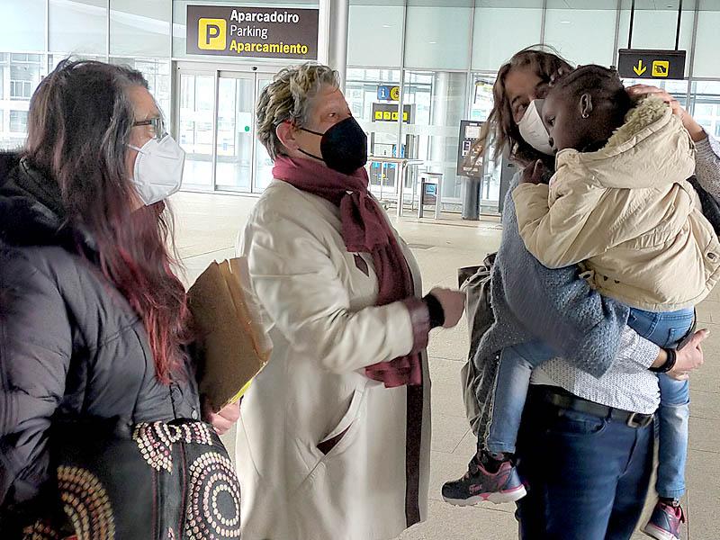 La pequeña Diarra, de cuatro años de edad procedente de Malí, llega a Galicia para ser intervenida en el Materno Infantil de A Coruña